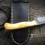 KUDRNÁČ ČEPEL: N690, délka 80 mm, tloušťka 3,5 mm STŘENKA: Karelská (kudrnatá) bříza, ocelové nýty, délka 90 mm